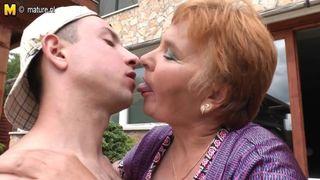 45 Jährige vernascht ihren Sohn