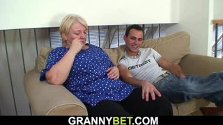 Alte deutsche oma hat Spaß mit einem jungen Hengst