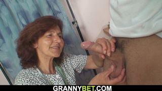 Alte Frau Carolee bückt sich und wird durchgenommen