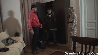 Behaarte Omas zeigen ihre Schambehaarung