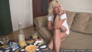 Blonde oma wordt keihard geneukt