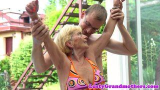 Deutsche Oma bei der Wichsanleitung