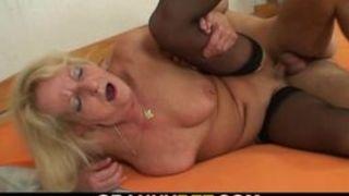 Deutsche Oma gefickt von schwarze