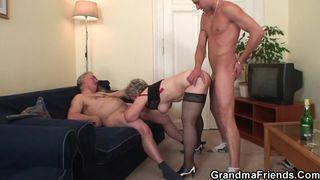 Die Oma in der Küche gebumst