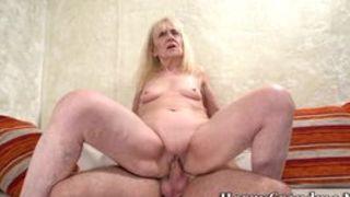 Eine mollige Oma in einem Porno