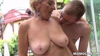 Er wird von seiner Mutter mit einem Fick geweckt