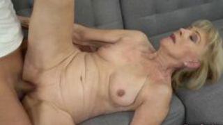 Erst Faustfick dann Oma Porno