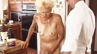 Fette exotische Oma fickt und saugt