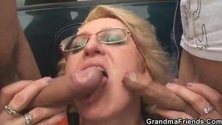Großmutter will einen jungen Schwanz