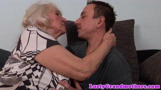 Junger Bursche wird von seiner Oma entjungfert