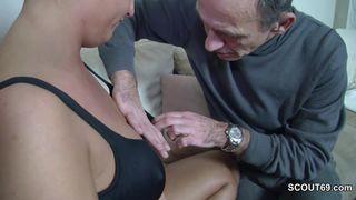 Junger Mann fickt Oma in den geweiteten Arsch