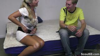 Kyra masturbiert zum ersten Mal vor der Kamera