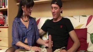 Mutti hilft ihrem Sohn Druck abzulassen