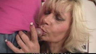 Oma bläst beim Sex einen kleinen alten Schwanz