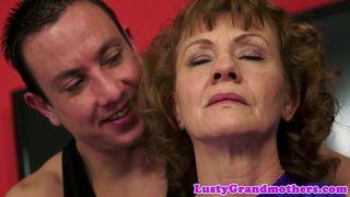 Oma hat Sex mit ihrer Tochter und ihrem Enkel