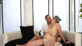 Oma lässt sich bis zum Orgasmus fingern