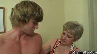 Oma lässt von ihrem Enkel richtig hart rannehmen