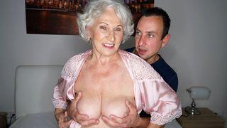 Oma macht es zwei Jungen Burschen