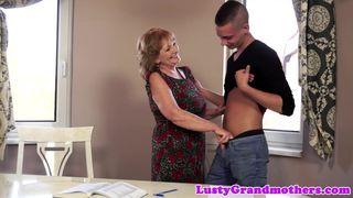Oma und ihre strammen Jungs