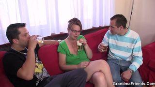 Omas lässt sich von ihren Söhnen im Sandwich nehmen