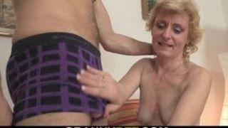 Reife deutsche Hausfrau aufgebockt und ins Gesicht gespritzt