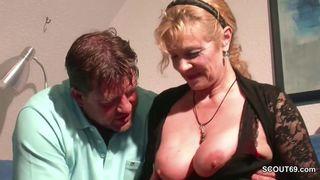 Reife weiber verfuehren mit ihren dicken titten junge kerle zum ficken