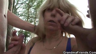 Scharfes Luder masturbiert mit dem Glasdildo