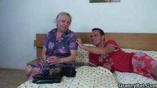 Stiefmutter beschwert sich über die Göre die sie vom Ficken abhält