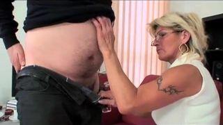 Stiefmutter braucht mehr als den Schwanz des Ehemannes