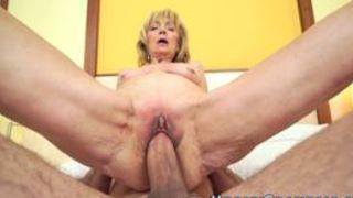 Stöhnende Pornostar Blondine lässt sich ficken