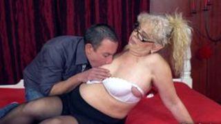 unverschaemte oma betruegt ihren mann mit ihrem nachbarn porno