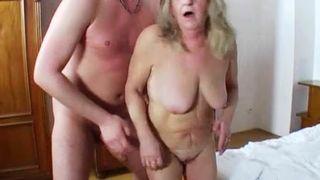 Versaute Geile Oma fickt in der Videothek