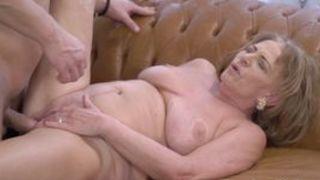 willige oma masturbiert und bumst porno