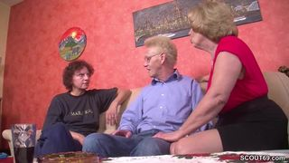 Zwei geile Porno Omas beim Faustfick