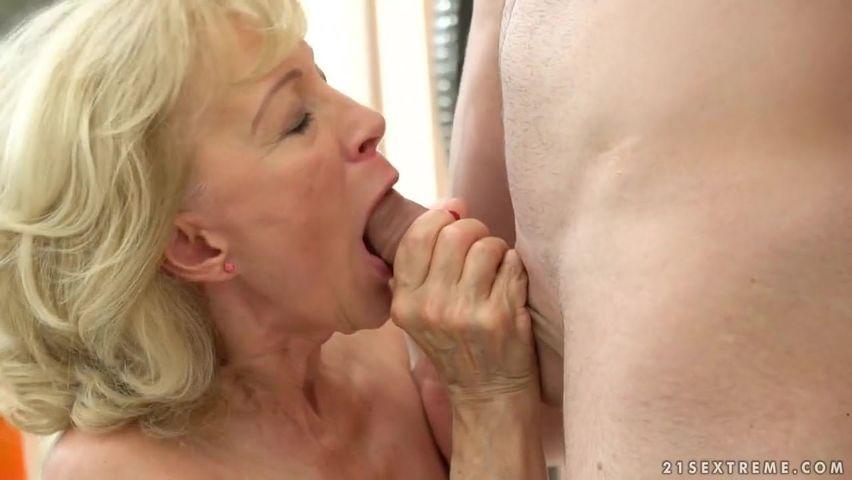 Ältere Oma lässt sich die alte Fotze bearbeiten