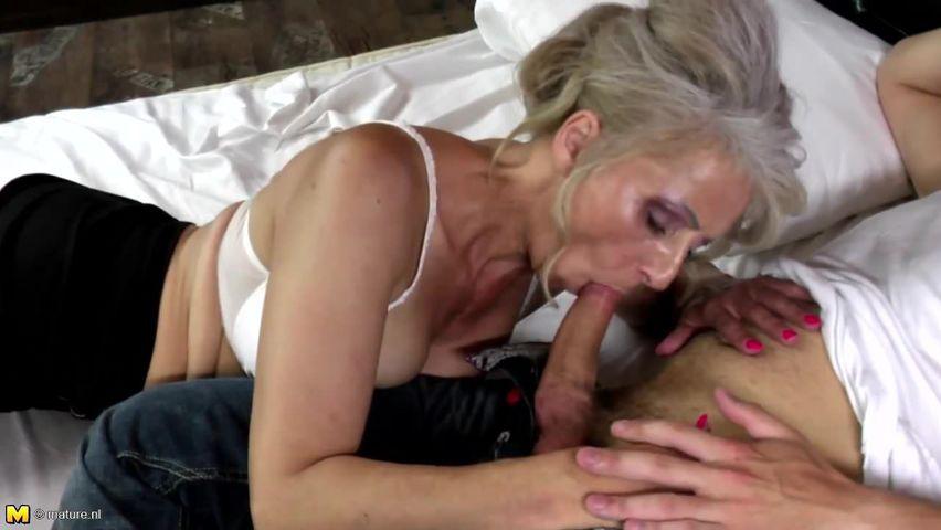Alte Oma in einem ollen Porno