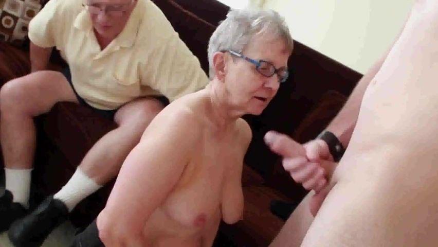 Alte Oma steht auf Gruppensex