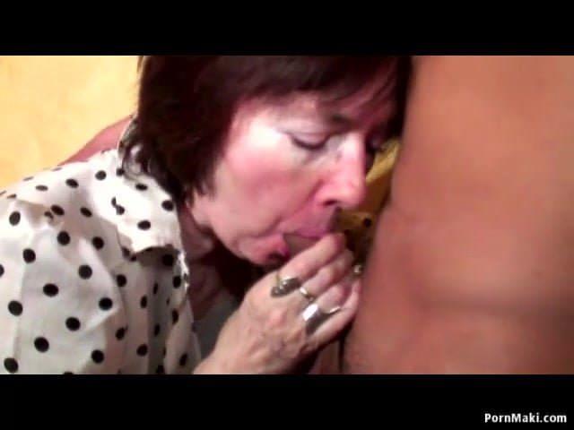 Fette Oma lässt sich vom Junge schwanz bedienen