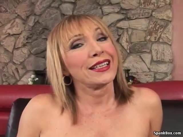 Grossmutter ist Sexbesessen und Fickt Männer und Frauen