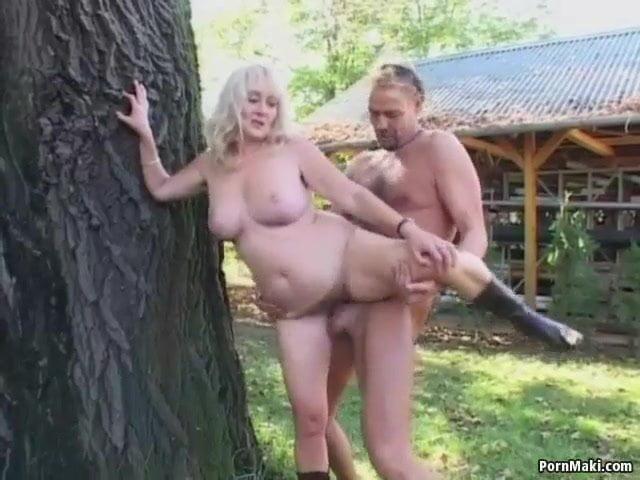 Oma lässt sich outdoor ficken