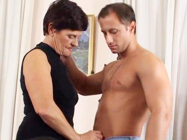 Oma lässt sich vom Knaben den Bieber streicheln