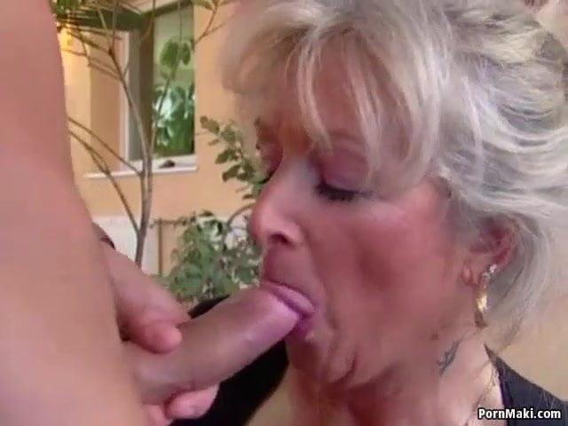 Oma mit Fettschürze lässt sich vom Enkel knallen