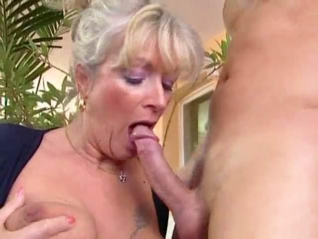 Schwangeres Oma mit dicken Busen