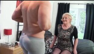 Oma von hinten gefickt