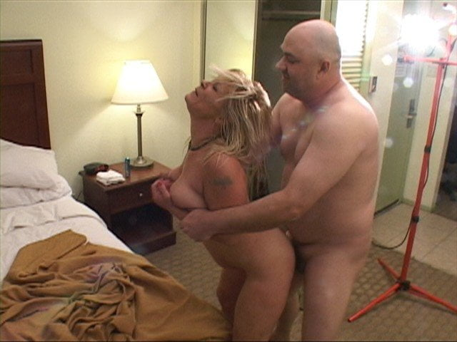 Sexy Weib gibt Tittenfick bei der Maniküre